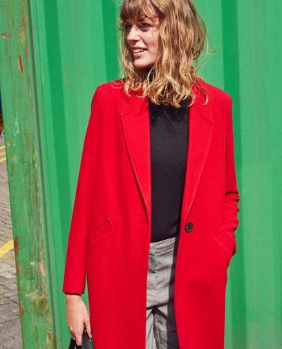 Een rode mantel mag in geen enkele garderobe ontbreken